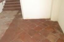 Musterfläche einer Reinigung durch das Vakuumwaschverfahren eines mit Baustaub verunreinigten, historischen Ziegelbodens, Endzustand