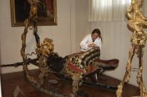 Marstallmuseum München, konservatorischer Reinigung eines Prunkschlittens