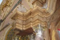 Altarauszug, Furnieroberfläche nach Abnahme eines krepierten Kunstharzüberzuges in der Gnadenkapelle am Hohen Peißenberg, Zwischenzustand